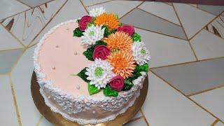 Бисквитный торт с красивыми кремовыми цветами