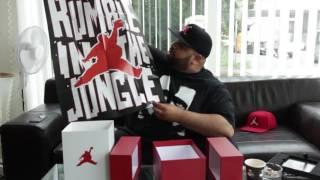 Ali Bumaye packt die RUMBLE IN THE JUNGLE Box aus