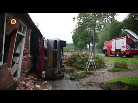 Bestelbusje rijdt dwars door muur woonboerderij: 'Had glazen deur op mijn kop kunnen hebben'