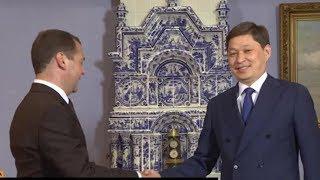 Кол кысышкан премьерлер. Исаков менен Медведевдин жолугушуусу кандай өттү | Сайтка Саякат