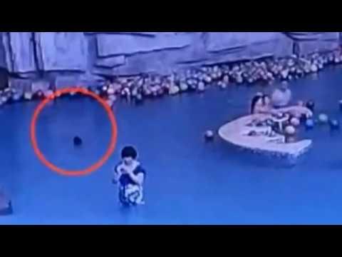 В Китае ребенок утонул в бассейне, пока его мать писала СМС