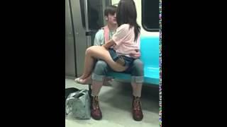 Cô gái không mặc quần ngồi trên đùi bạn trai tâm sự