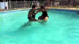 مصارعه بنات فى حمام السباحه