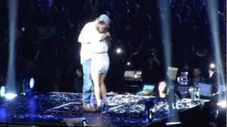 enrique iglesias hero kisses fan on stage staples center la 8 17 2012