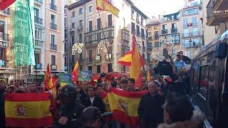 Gritos entre los concentrados de 'España Existe' y una manifestación antifascista en Pamplona