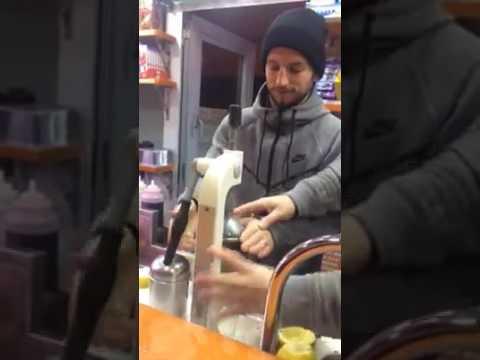 Dries Mertens si fa la limonata in un chiosco di Napoli