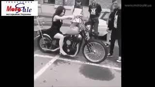 Девушка первый раз за рулем мотоцикла