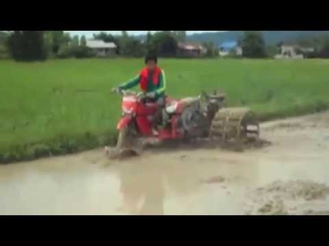 Sáng kiến của người Campuchia về máy cày, máy trục trên ruộng nước