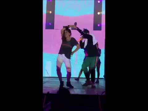 Bad Bunny regala su gorra a joven en concierto en El Salvador