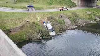 Un auto cayó en el arroyo Ludueña