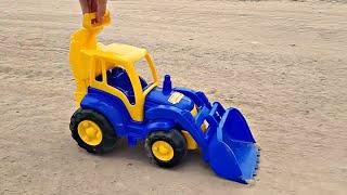 Играем с Трактором в большой песочнице. Видео про трактор для детей
