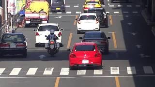 手前勝手で危険な違反走行の車を白バイが追跡して検挙の瞬間! thumbnail