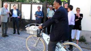 Jesse Jackson tests WWFs specially equipped bicycle!