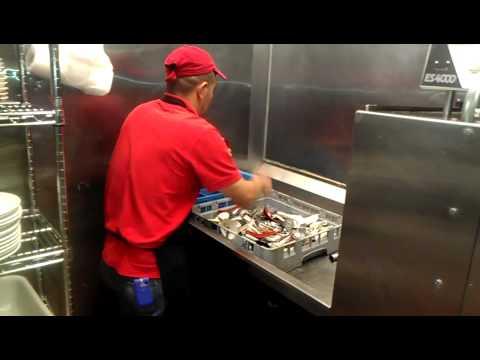 foto de Alejo lavando platos en Estados Unidos YouTube