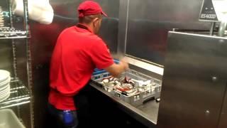 Alejo lavando platos en Estados Unidos.