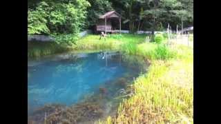 民家のすぐそばに開いた、蒼い水が湧き出す深い穴 thumbnail
