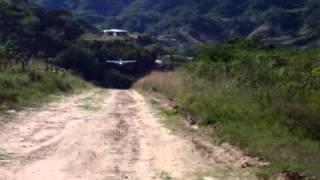 UN cessna 206 aterrizando en la sierra de Durango