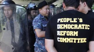 Bangkok (Thailande) 15-05-2014 Protester try to enter at TMR (TMR Royal Thai Airforce academy)