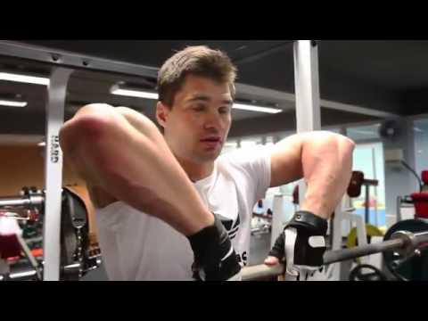 Тяга штанги к подбородку узким хватом для дельтовидных мышц Силовые тренировки