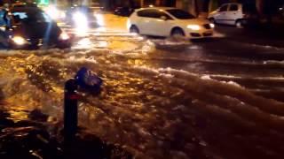 В Афинах прошел сильный ливень(После непродолжительного, но очень сильного ливня, некоторые улицы Афин превратились в настоящие реки...., 2014-01-25T18:15:17.000Z)