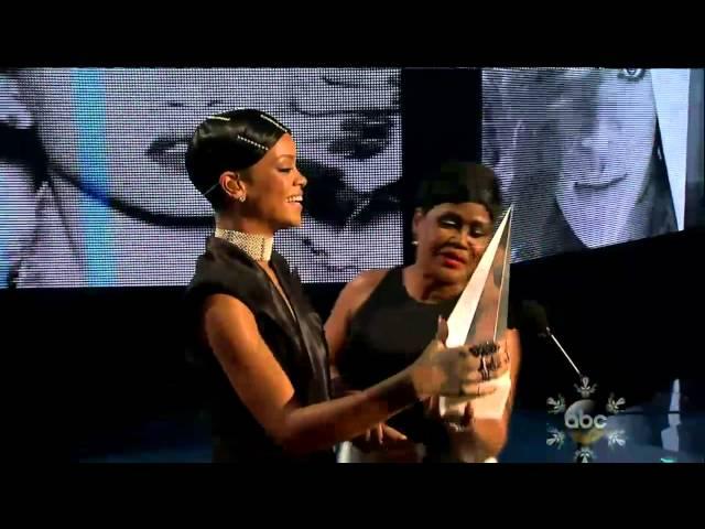 Rihanna-Diva.com - Rihanna receives the Icon Award from her mom at the AMAs