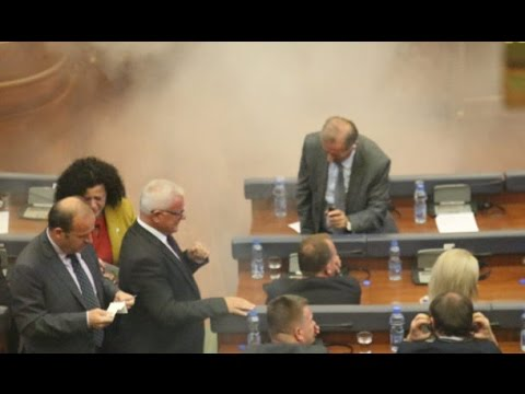 Kosova Meclisi'ne göz yaşartıcı gaz atıldı