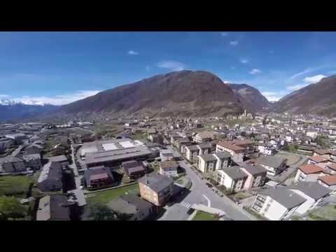 Bellissima vista panoramica di Tirano (So) e della valle dall'alto
