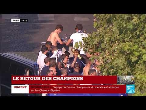 EN IMAGES - Les Bleus se déshabillent et se préparent à défiler sur les Champs-Élysées