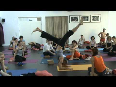 Jivamukti yogaloft München: Petros erklärt Unterarmstand / Pincha Mayurasana
