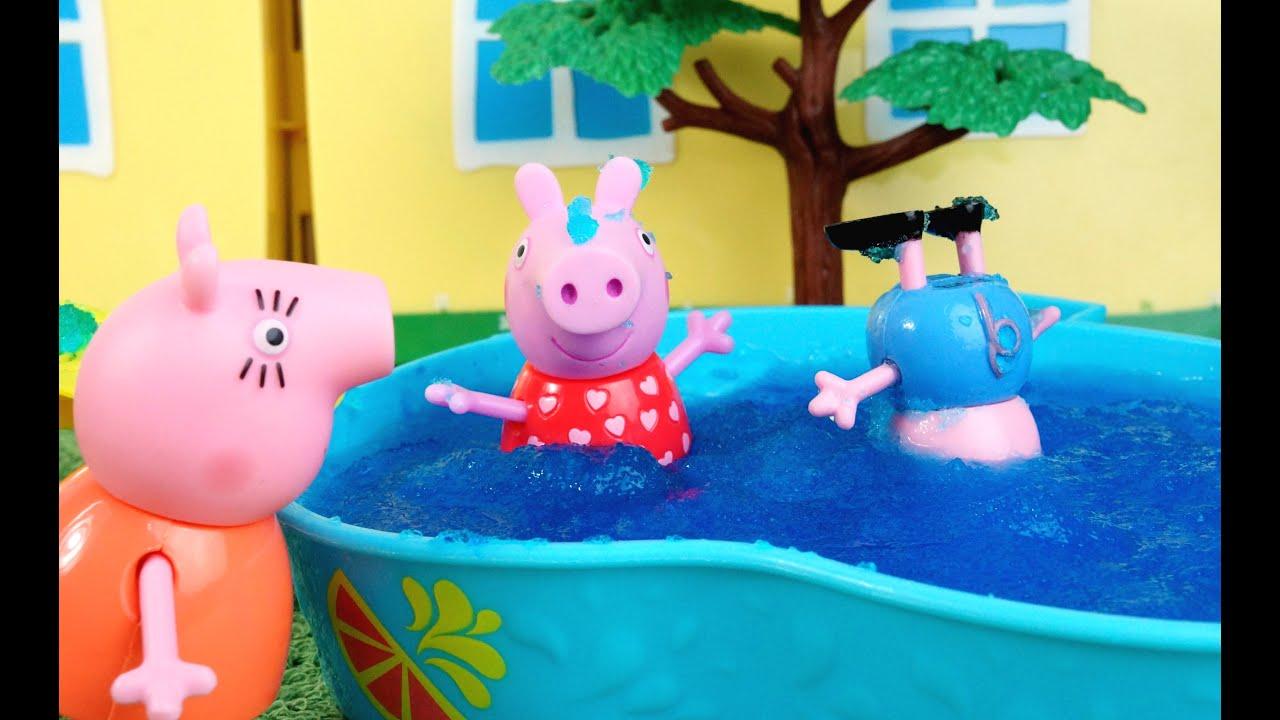 Pig george da fam lia peppa pig mergulhando na piscina com for Peppa pig piscina
