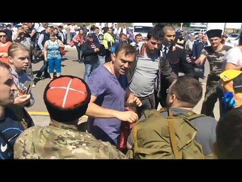 """Rússia: líder da oposição Alexei Navalny atacado por """"cossacos"""""""