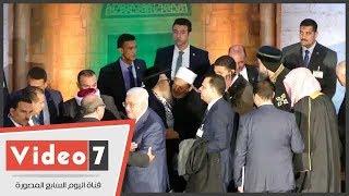 حاخامات يهود يتزاحمون من أجل مصافحة الإمام الأكبر