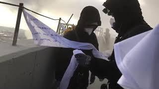 Działacze Greenpeace wieszają flagi na kominie elektrowni