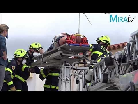 Rescate de una persona en Jerez tras caer peligrosamente de un tejado
