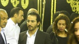 أخبار اليوم | أحمد حلمي ومني زكي يقدمان العزاء في والدة شريف وعمرو عرفة