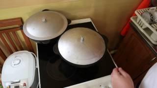 Чугунный казан, жарим яйца с солёным салом.