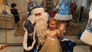 Дедушка мороз и Снегурочка пришли в гости к Маше.