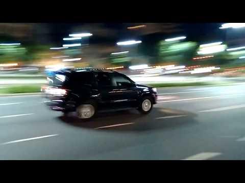 Una caravana de vehículos custodió el traslado de Obama hacia el Palacio Bosch