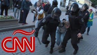 Rusia: video muestra a un policía antidisturbios golpeando a una mujer