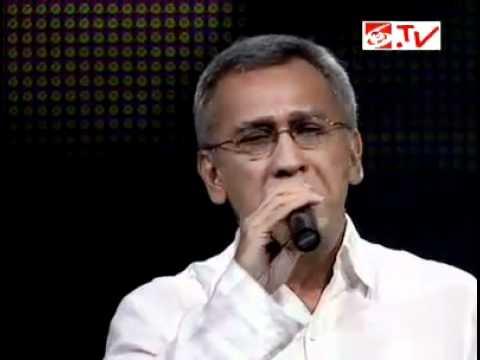 YouTube - Iwan Fals - Ijinkan Aku Menyayangimu (Live at A Masterpiece of Erwin Gutawa).flv