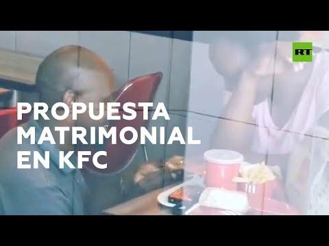 A pedida de man nun KFC que xerou burlas e acabará en gran voda
