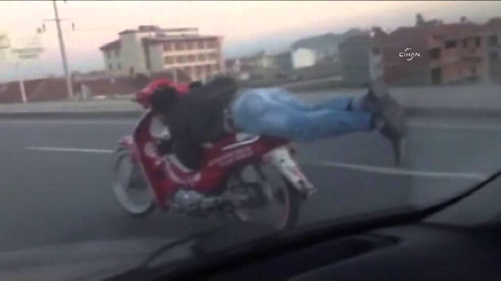 Yatarak Motosiklet Kullandı izle