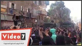 بالفيديو..أهالى الدرب الأحمر يتظاهرون أمام مديرية الأمن بعد تشييع جثمان ضحية رقيب الشرطة