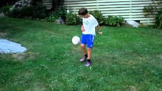 Anton kickar fotboll