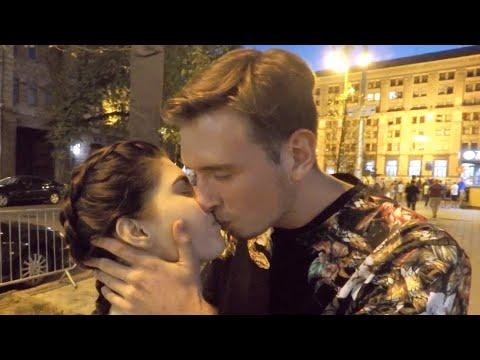 Как Поцеловать Девушку с помощью монеты   Kissing Prank   Потрогал за попу