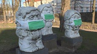 Литовские художники надели на памятники маски