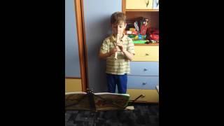 6-летний мальчик играет на блокфлейте Сонату
