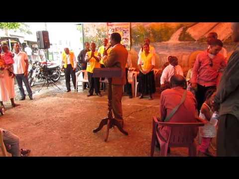 Pastor Josue Feliz en el inicio de la predica de la Palabra en el sector Los Guandules Sto. Dgo
