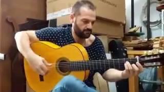 Antonio Patrocinio tocando la guitarra de arce rizado