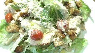 Цезарь с курицей и соусом из йогурта
